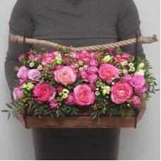 Композиция из роз в деревянном ящике (M)
