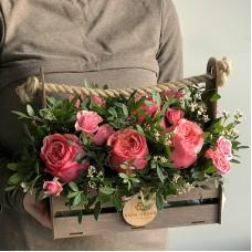 Композиция из пионовидных роз в деревянном ящике (XS)