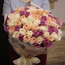 Букет из персиковых, кремовых и сиреневых роз