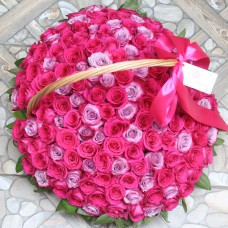 Корзина с малиновыми и лиловыми розами