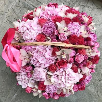 """Корзина живых цветов """"Розовый микс"""" диаметром 45 см"""