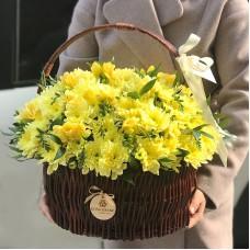 Желтые хризантемы и фрезия в корзине