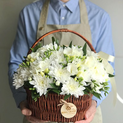 Белые хризантемы и фрезия в корзине