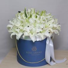 Белые лилии в шляпной коробке (размеры M/L/XL)