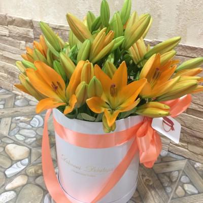 Оранжевые лилии в цилиндре (S) до 13 лилий