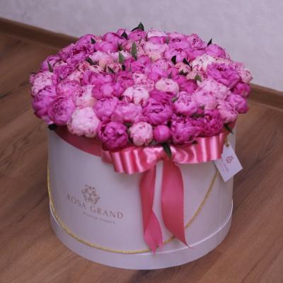 Розовые и малиновые пионы в шляпной коробке