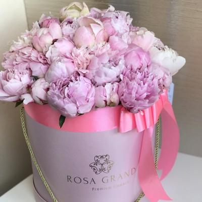 Розовые пионы в шляпной коробке