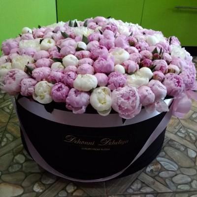 Розовые и белые пионы в цилиндре (XXL) до 199 пионов
