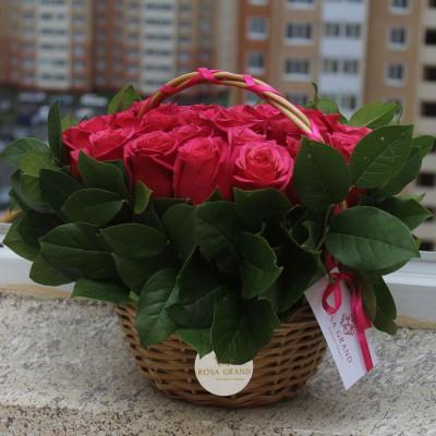 Букет в корзине с малиновыми розами диаметром 20 см  (до 25 роз)