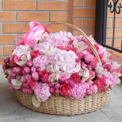 """Композиция из цветов в корзине """"Розовый микс"""" диаметром 60 см"""