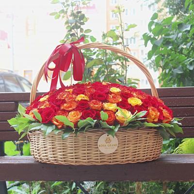 Корзина с красными и красно-оранжевыми розами диаметром 60 см (до 201 розы)