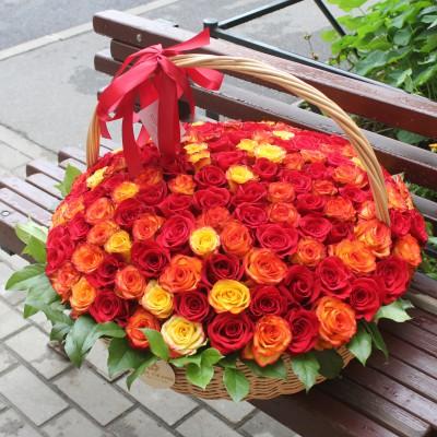 Корзина с красными и красно-оранжевыми розами диаметром 50 см  (до 151 розы)