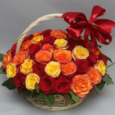 Корзина с красными и красно-оранжевыми розами