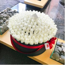 Белые розы в цилиндре (XXL) от 215 роз