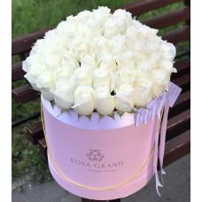 Белые розы в цилиндре (L) 69-75 роз