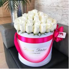 Белые розы в цилиндре (M) 43-47 роз