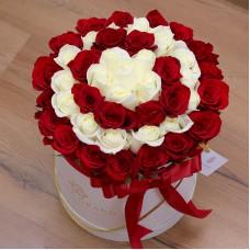 Белые и красные розы в цилиндре (M) 43-47 роз