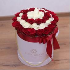 Белые и красные розы в цилиндре (S) 31-35 роз