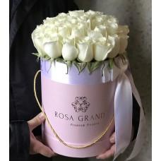 Белые розы в цилиндре (S) 31-35 роз