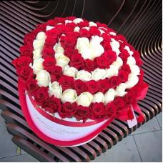 Белые и красные розы в цилиндре (XL) от 101 розы