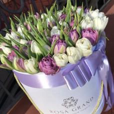 Пионовидные белые и сиреневые тюльпаны в шляпной коробке (M) до 99 шт.
