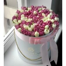 Пионовидные белые и розовые тюльпаны в шляпной коробке (M) до 99 шт.