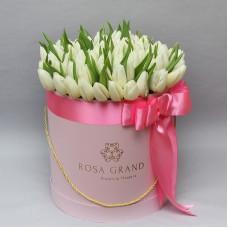 Белые тюльпаны в шляпной коробке (M) до 99 шт.