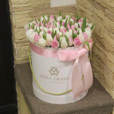 Белые и розовые тюльпаны в шляпной коробке (M) до 99 шт.