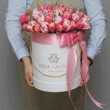Пионовидные тюльпаны в шляпной коробке