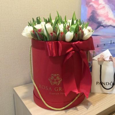 Белые и  красные тюльпаны в цилиндре (S) до 69 тюльпанов