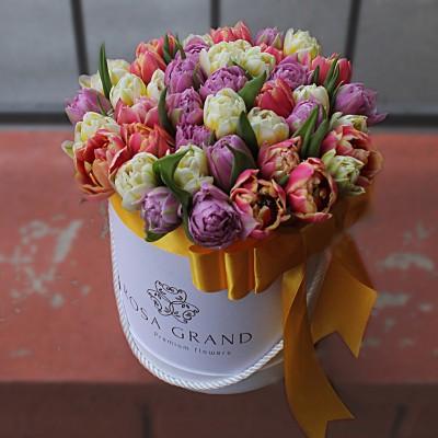 Микс из пионовидных тюльпанов в шляпной коробке (M) до 99 шт.