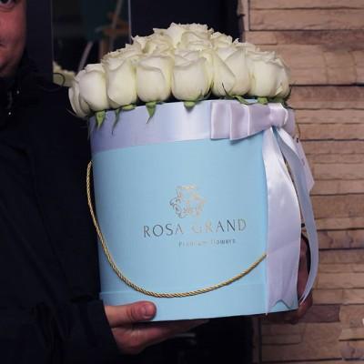 Розы в коробке могут служить как дополнением к подарку, так и быть полноценным подарком.⠀ _______________________ 🌹🌹🌹 На фото букет из эквадорских роз в цилиндре. Размер M диаметром 29 см до 49 роз. ⠀ 8990₽ ⠀ ⠀ 📲 8 905 233 60 60 whatsapp / viber / telegram ⠀⠀ 🌐 Наш сайт www.rosagrand.ru ⠀ 🚗Бесплатная доставка 24/7 по Санкт-Петербургу в пределах КАД ⠀ 🌺 Все букеты под заказ из свежих цветов, срок выполнения от 4 часов ⠀ 📜Ваше послание на фирменной открытке в подарок! ⠀ 📷Фото букета до доставки и с получателем ⠀ _________________________ #rg_розы #rg_m_розы #rg_белые_розы