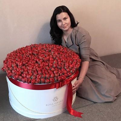 Букеты самых невероятных размеров только у нас. Ваш подарок запомнится навсегда.  _______________________ 🌷🌷🌷 На фото букеты из голландских тюльпанов в цилиндре. Размер XXL диаметром 63 см до 319 тюльпанов. ⠀ 39990₽ ⠀ 📲 8 905 233 60 60 whatsapp / viber / telegram ⠀⠀ 🌐 Наш сайт www.rosagrand.ru ⠀ 🚗Бесплатная доставка 24/7 по Санкт-Петербургу в пределах КАД ⠀ 🌺 Все букеты под заказ из свежих цветов, срок выполнения от 4 часов ⠀ 📜Ваше послание на фирменной открытке в подарок! ⠀ 📷Фото букета до доставки и с получателем ⠀ _________________________ #rg_тюльпаны #rg_xxl _тюльпаны #rg_xxl