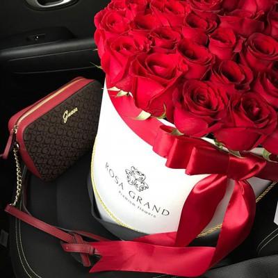 🌹Красные розы дарят уверенные в себе люди, которые точно знают, как произвести потрясающее впечатление. 🌹 Помните, чем больше букет, тем он эффектнее. 🌹 На фото букет из эквадорских роз в цилиндре. 🌹 Размер L, диаметр 36 см, до 75 роз. ⠀ 12990₽ ⠀ ⠀ 📲 8 905 233 60 60 whatsapp / viber / telegram ⠀⠀ 🌐 Наш сайт www.rosagrand.ru ⠀ 🚗Бесплатная доставка 24/7 по Санкт-Петербургу в пределах КАД ⠀ 🌺 Все букеты под заказ из свежих цветов, срок выполнения от 4 часов ⠀ 📜Ваше послание на фирменной открытке в подарок! ⠀ 📷Фото букета до доставки и с получателем ⠀ _________________________ #rosagrandspb #rg_розы #rg_l_розы